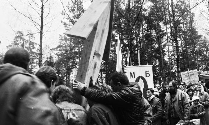 Усталяванне памятнага знаку на месцы  расстрэлаў у Парку Чалюскінцаў